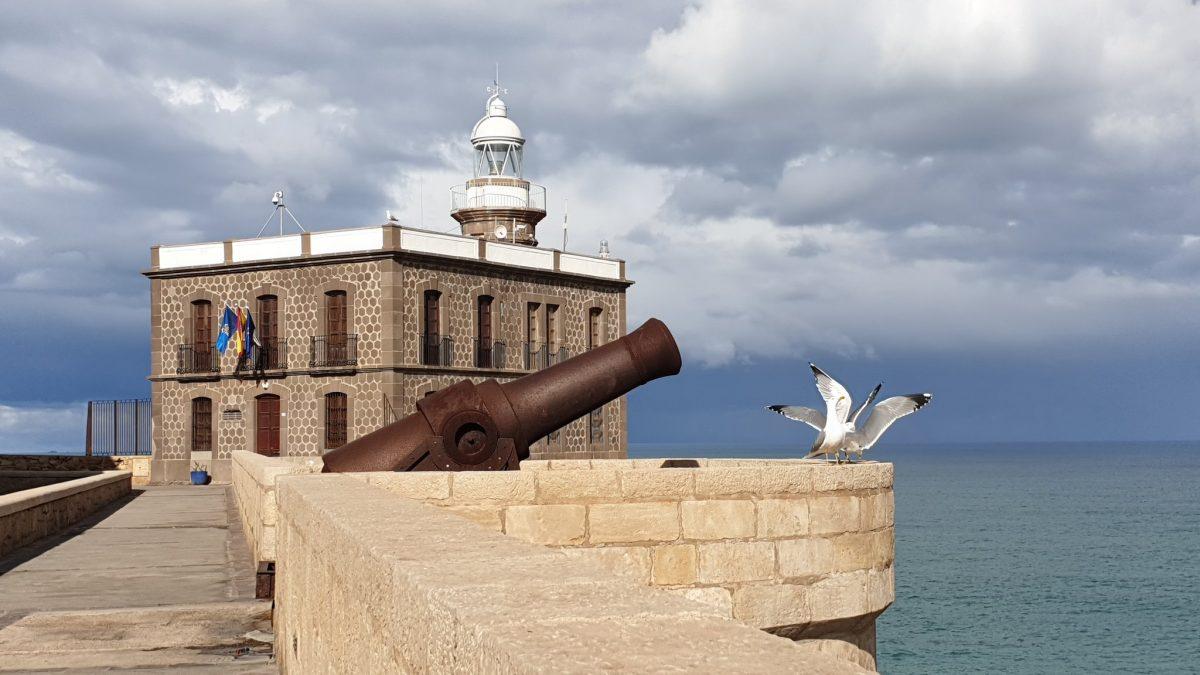 Faro de Melilla. Más de cien años de historias por Isabel Migallón y Maribel Pintos