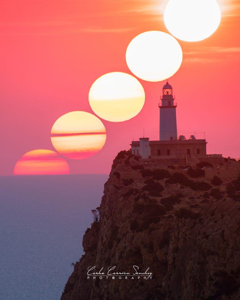 La imagen tiene un atributo ALT vacío; su nombre de archivo es Salida-de-sol-Faro-de-Formentor-832x1040.jpg