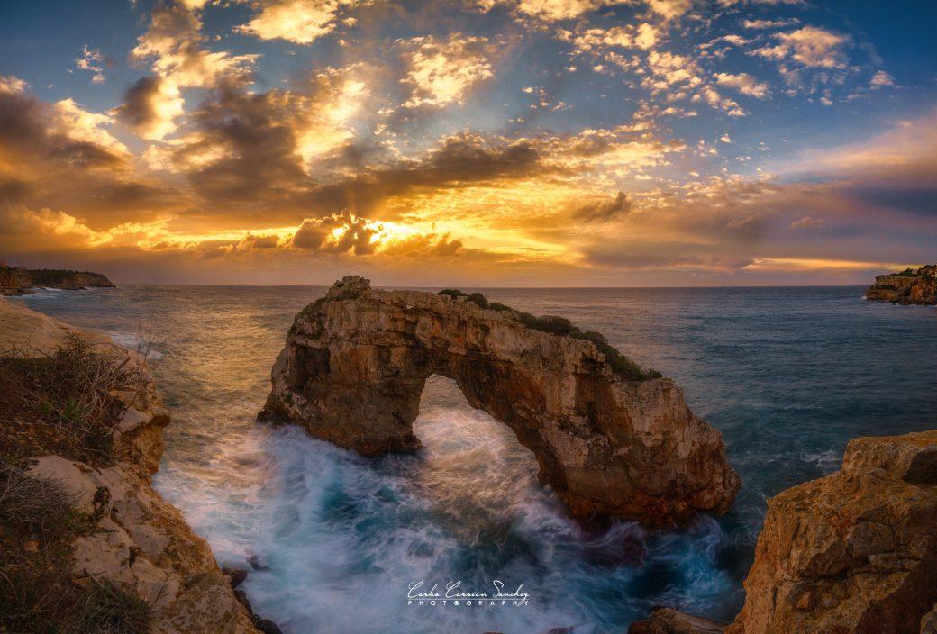 La imagen tiene un atributo ALT vacío; su nombre de archivo es Amanecer-en-Es-Pontas-Santanyi-Mallorca-1040x704.jpg