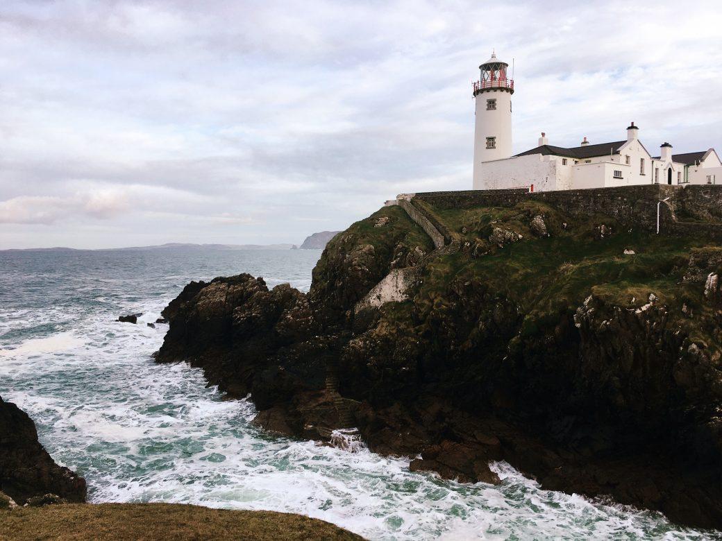 La imagen tiene un atributo ALT vacío; su nombre de archivo es Diana-Fanad-Head-Lighthouse-1040x780.jpg